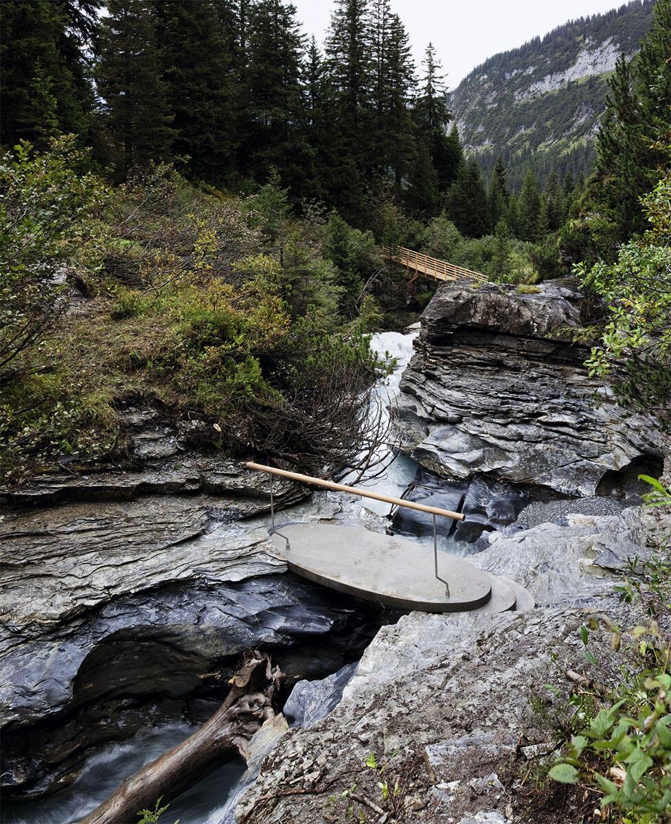 Der Wanderweg über sieben Brücken inszeniert die Berg- und Wasserlandschaft hoch über Flims.