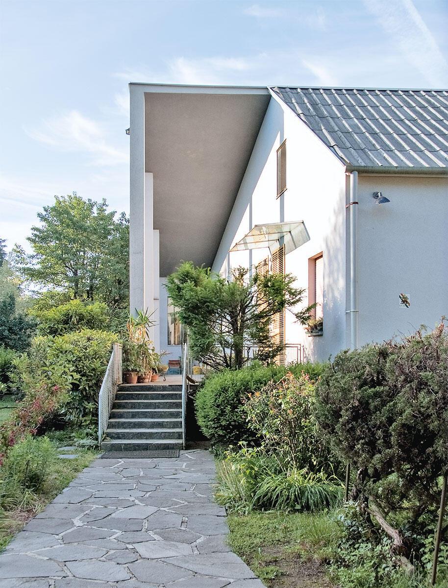 Die Villa Vegni empfängt den Besucher mit einem repräsentativen Portico – in malerischer Schrägansicht.