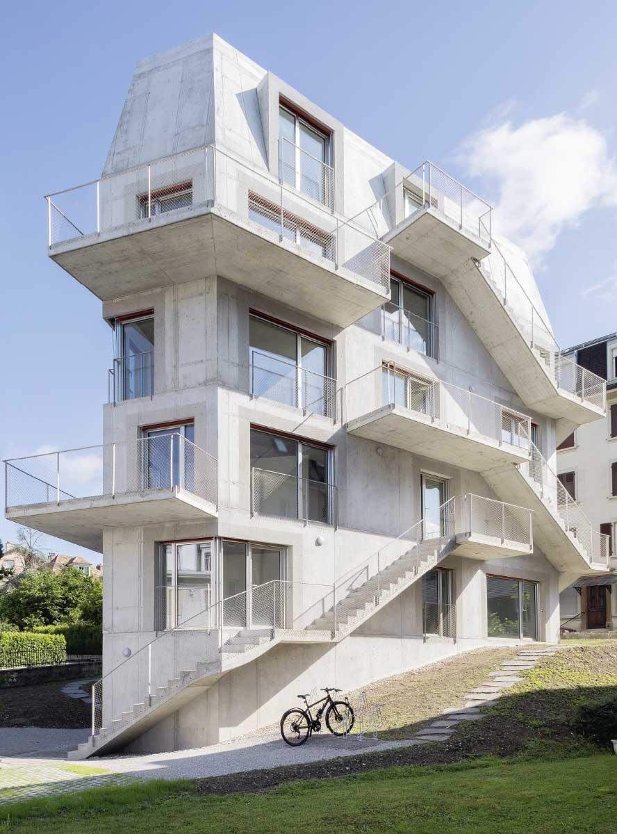 Wie ein Spinnennetz wickeln sich die Treppen rund ums Haus in die Höhe – als Erschliessung, Aussenraum und möglicher Ort der Kommunikation. Bild: Eik Frenzel