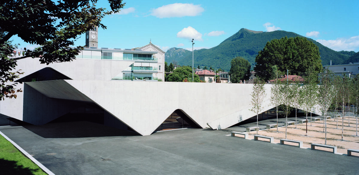 Dynamische Wellenform: Die Sporthalle des Schulzentrums Nosedo von Durisch Nolli / Giraudi Radczuweit. Bild: Tonatiuh Ambrosetti