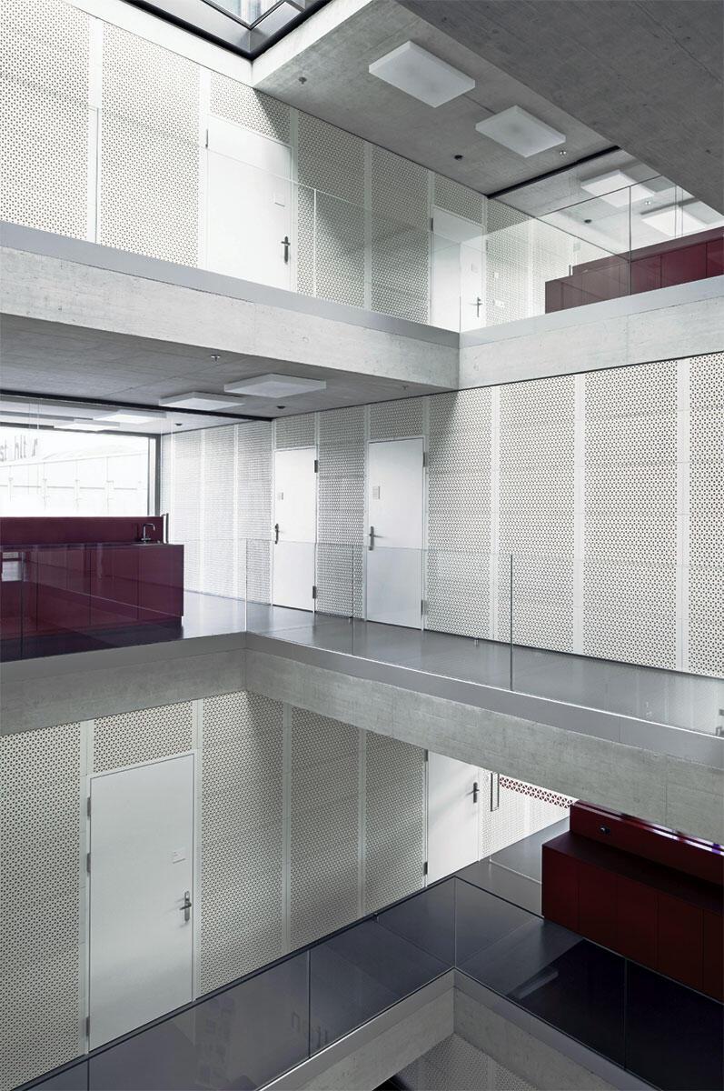 Der Verwaltungsbau der Stahlton Bauteile von Gräber Steiger Architekten: Tragen, Spannen, Stapeln und Fügen verdichten sich zu einer starken plastischen Skulptur.