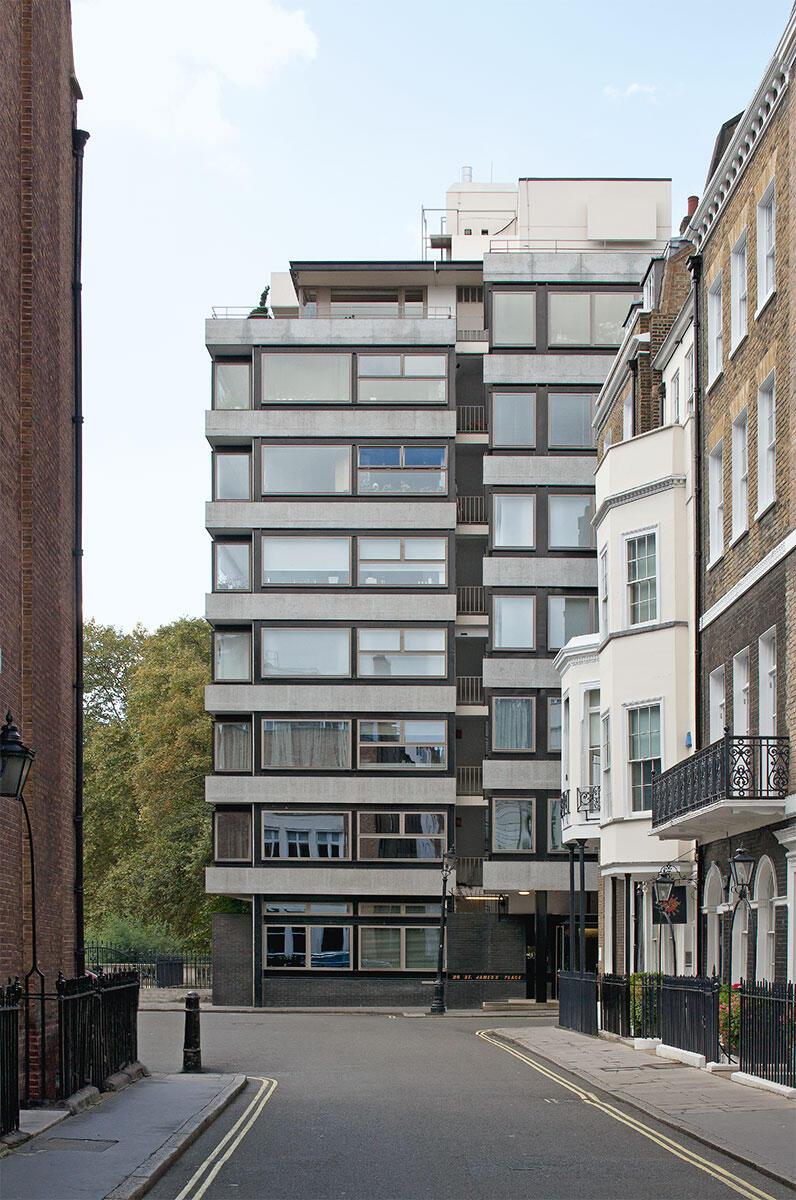 Ganz im Stil seiner Zeit ist die Erdgeschosszone des Appartmenthauses in St James\\\\\\'s Place leicht und filigran ausgebildet. Architektur: Denys Lasdun