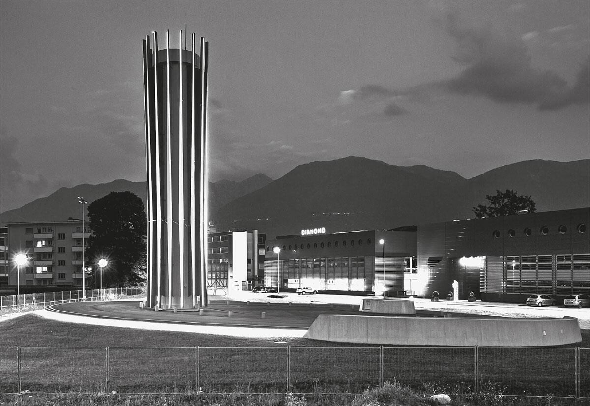 Befestigter Platz und architektonisches Zeichen in den Saleggi von Losone: Heizzentrale in Losone von Buzzi studio d\\\\\\'architettura. Bild: Roberto Conte