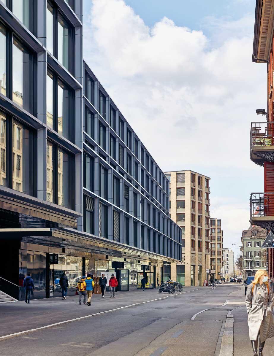 Fremd wirken die beiden Gebäude im Stadtraum; dabei materialisieren sie vor allem die Vorgaben des Masterplans und geben eine Bühne für noch unbekannte urbane Praktiken. Bild: Philip Heckhausen