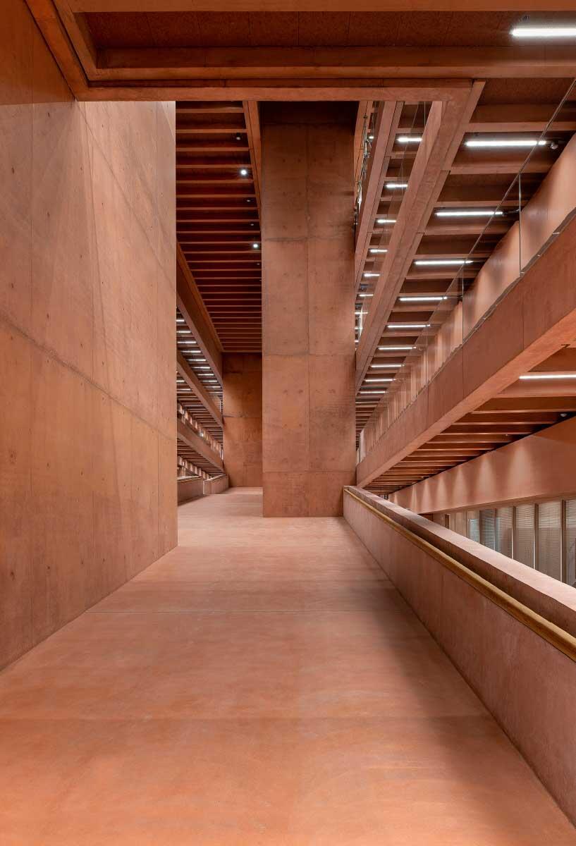 Eine einzige grosse Rampe verbindet alle Ebenen des Gebäudes. Auf ihr bewegt man sich wie durch eine Altstadtgasse. Licht von oben sorgt für Stimmung. Bild: Renato Quadroni