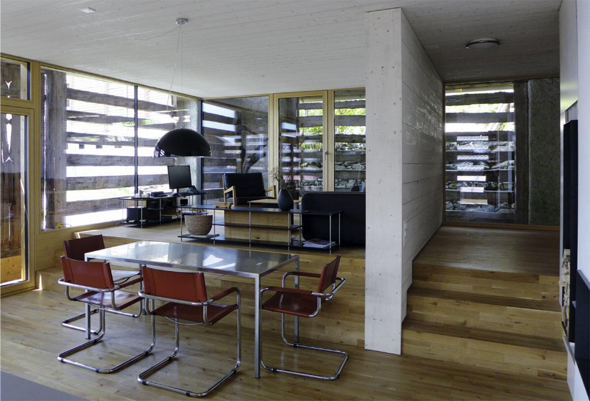 Die tragende Wand in der Mitte und ein Niveauunterschied von drei Stufen erlaubte es, den Wohn- vom Essbereich räumlich zu differenzieren.