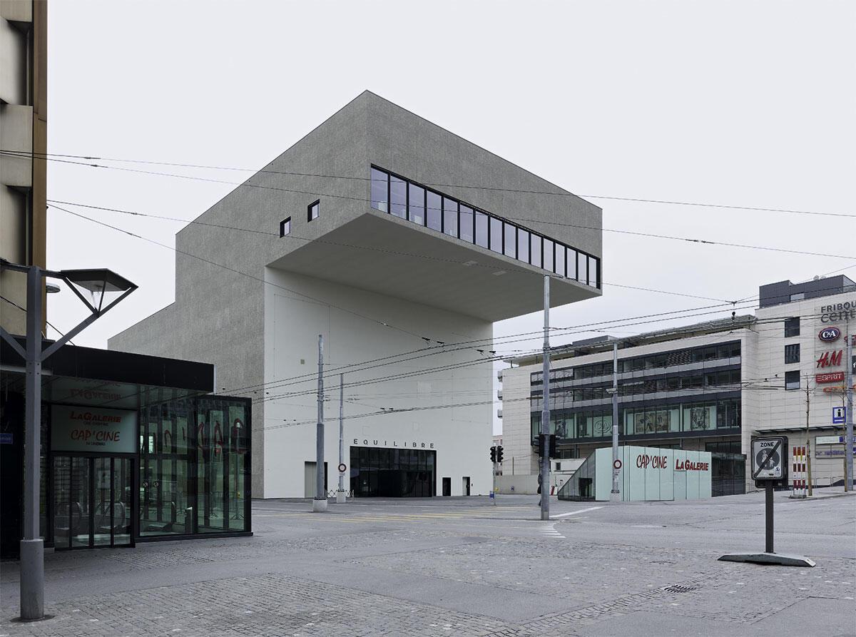 Deutliche Geste: die stadtseitige Auskragung markiert den Eingang, im Ausleger befinden sich die Büros der Verwaltung.