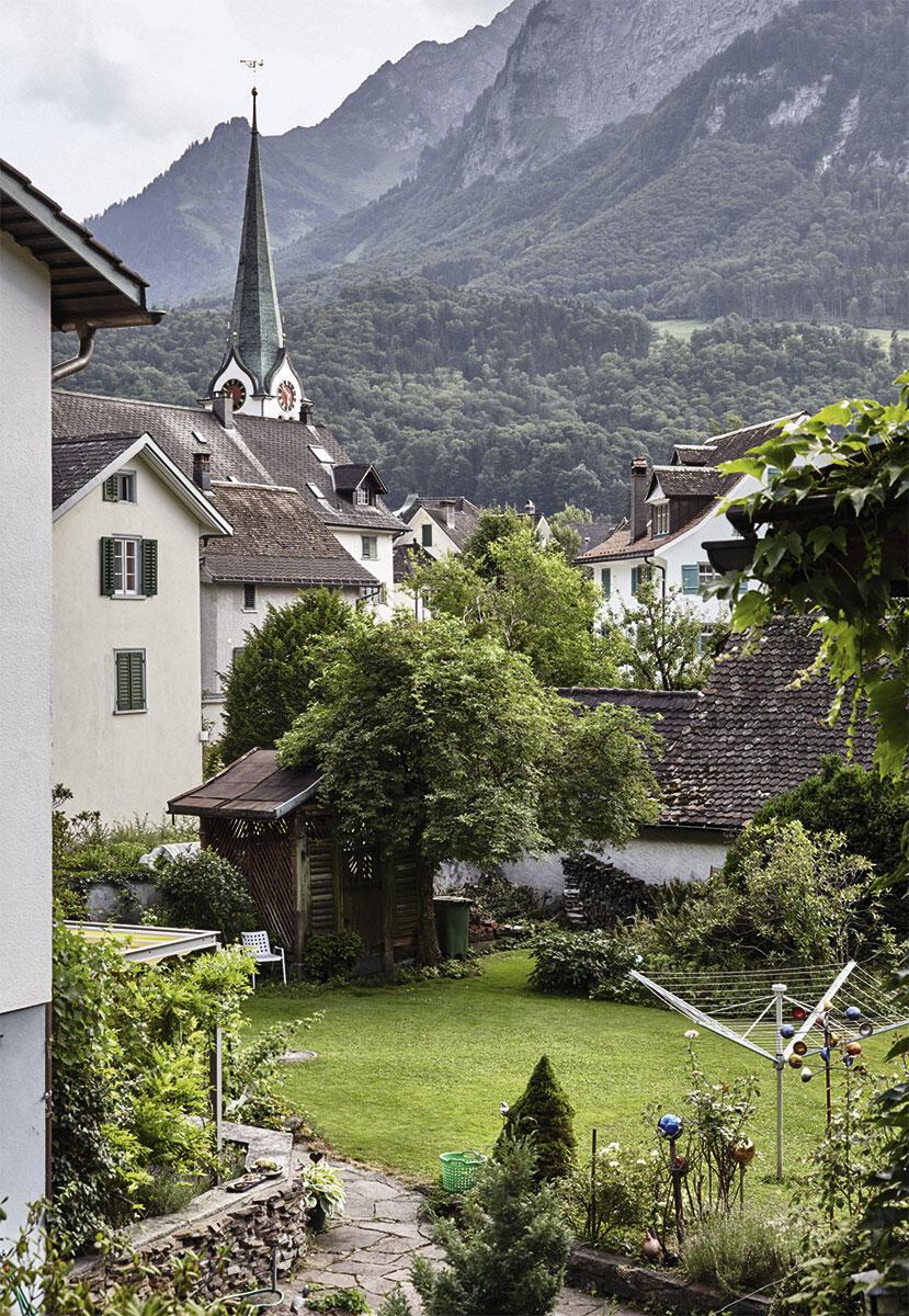 Das Bildessay von Johanna Muther zeigt Ennenda im Glarnerland.  Die Schweizer Kulturstiftung Pro Helvetia hat die Realisierung dieser Fotoserie im Rahmen ihrer Nachwuchsförderung unterstützt.