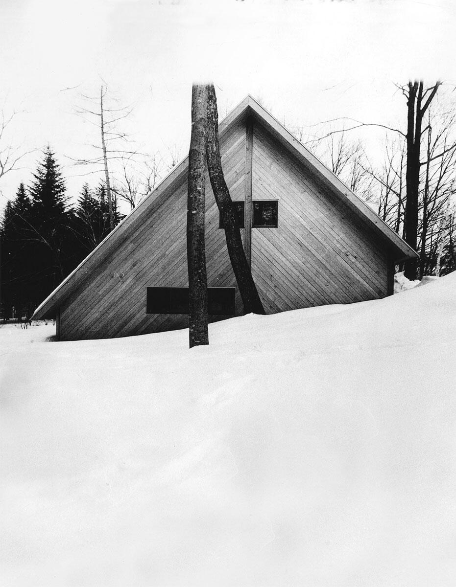 Die «Berghütte» des Dichters Shuntarō Tanikawa in Kita-Karuizawa, besser bekannt als Tanikawa Residence. Das rechtwinklige Dach über abfallendem Terrain bringt durch den Gegensatz von Geometrie und Topographie architektonische Bedeutsamkeit hervor.