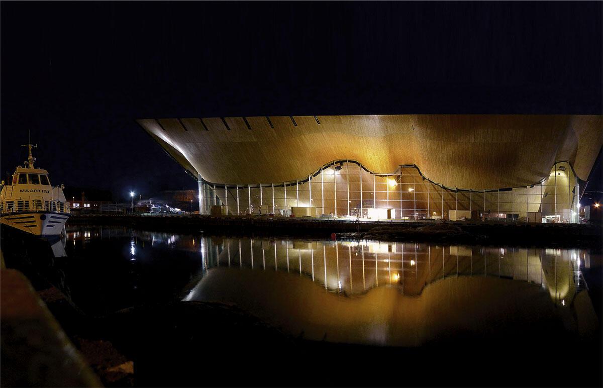 Die Holzfassade, Aussenansicht bei Nacht, des Konzerthauses Kilden.