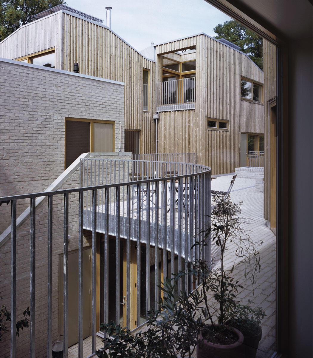 Sechs Wohnhäuser gruppieren sich um einen gemeinsamen Hof: Für Londoner Verhältnisse kann das allein schon fast als Sensation bezeichnet werden.