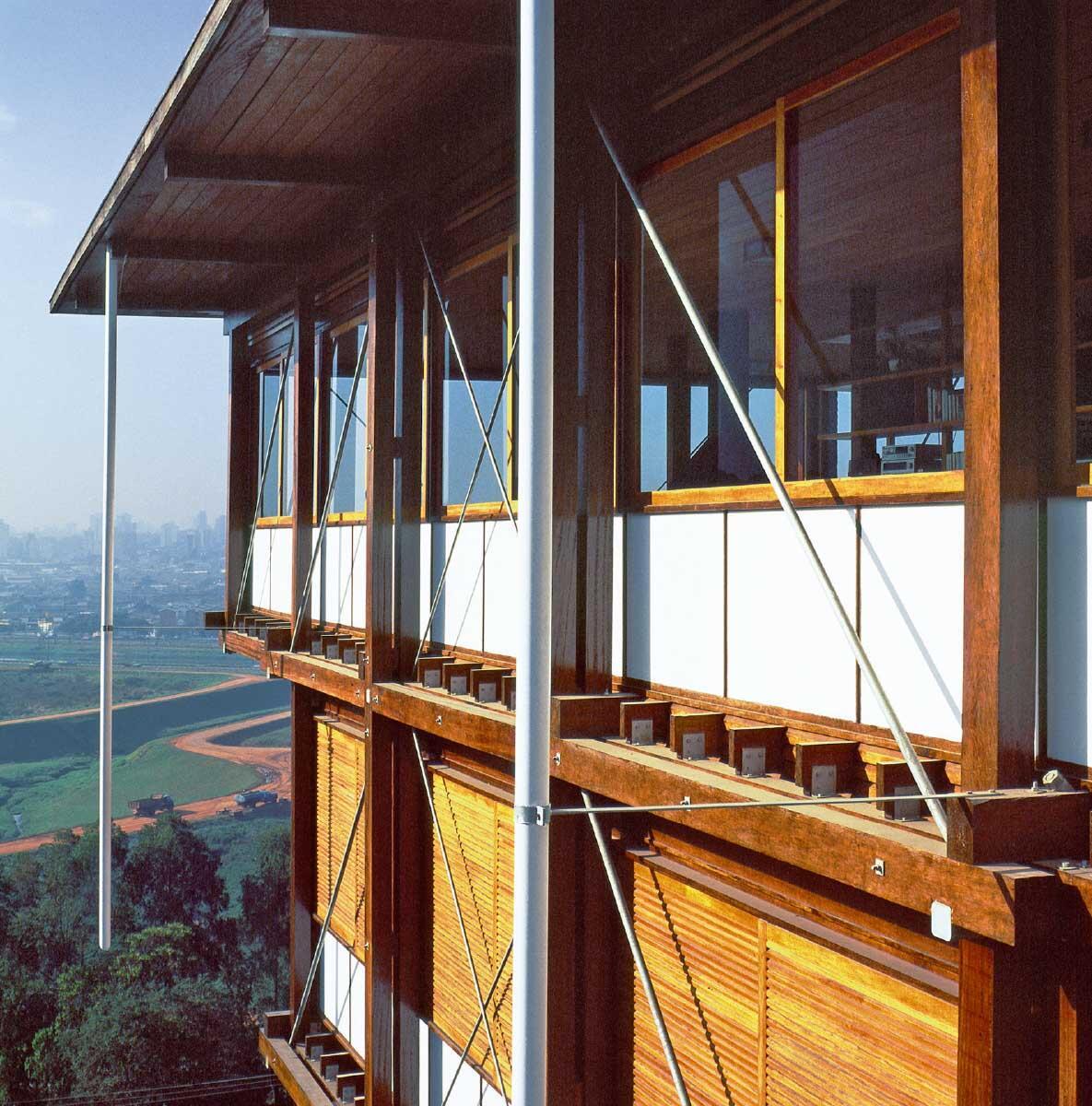 Sichtbar gefügt: Die Konstruktion ist als feingliedriges Relief an der Fassade ablesbar – geschützt durch Vordach und Auskragungen. Bild: Nelson Kon