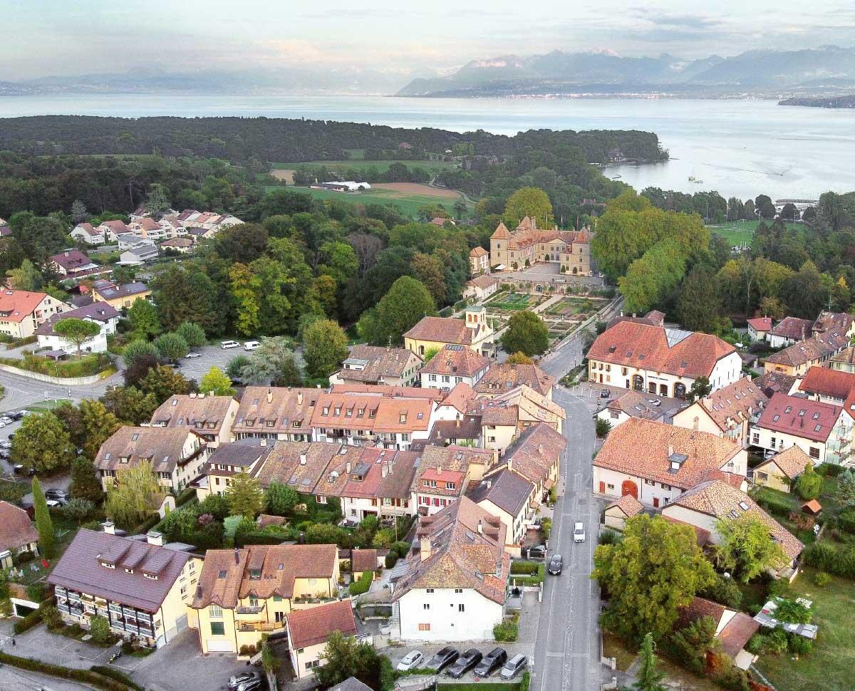 Der Ortskern und das Barockschloss figurieren im Ortsbild-Inventar ISOS und sind Ausgangspunkt der sorgfältigen baulichen Entwicklung der Genferseegemeinde. Bild: Pierre Marmy