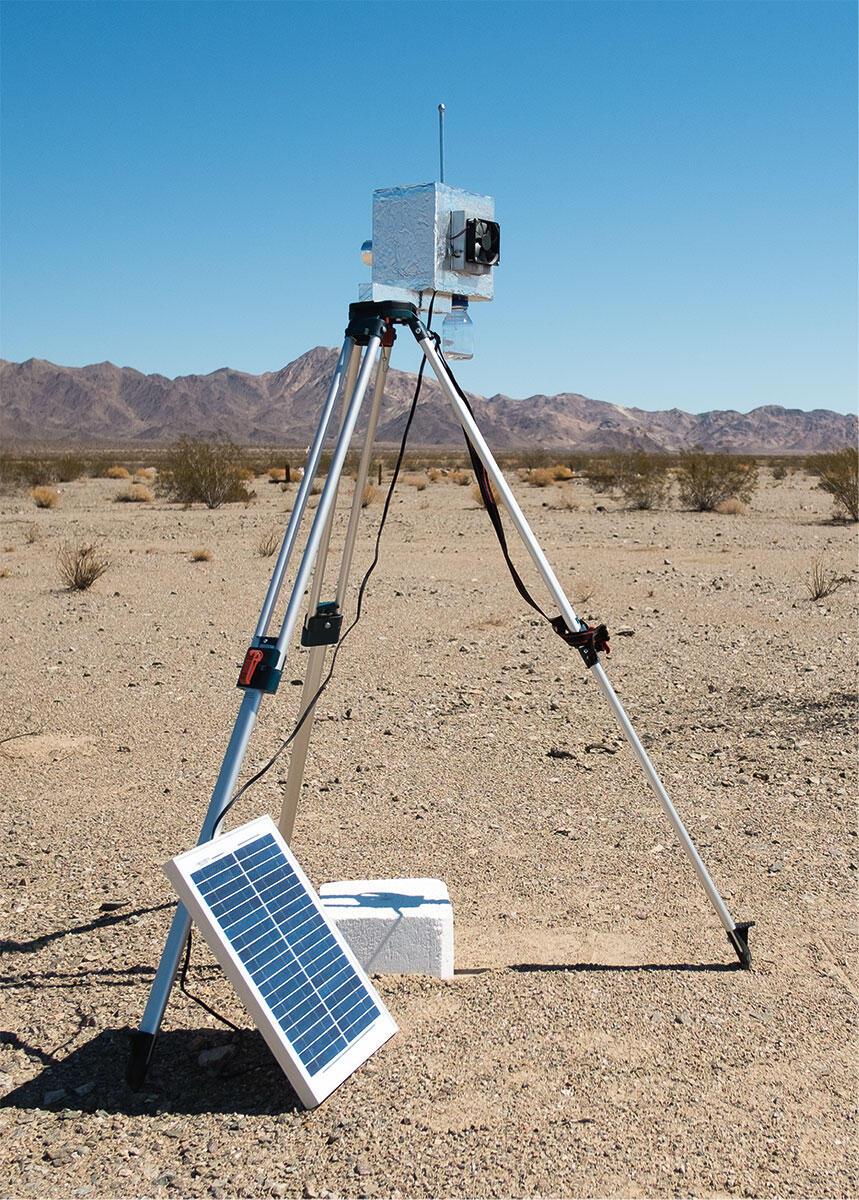 «Gletscher» in der Mojave-Wüste: Der Apparat sammelt die wenigen Wassermoleküle in der Luft und lässt sie durch Kondensation so abkühlen, dass sie zu Eis gefrieren. Ein Projekt von Kunik de Morsier.