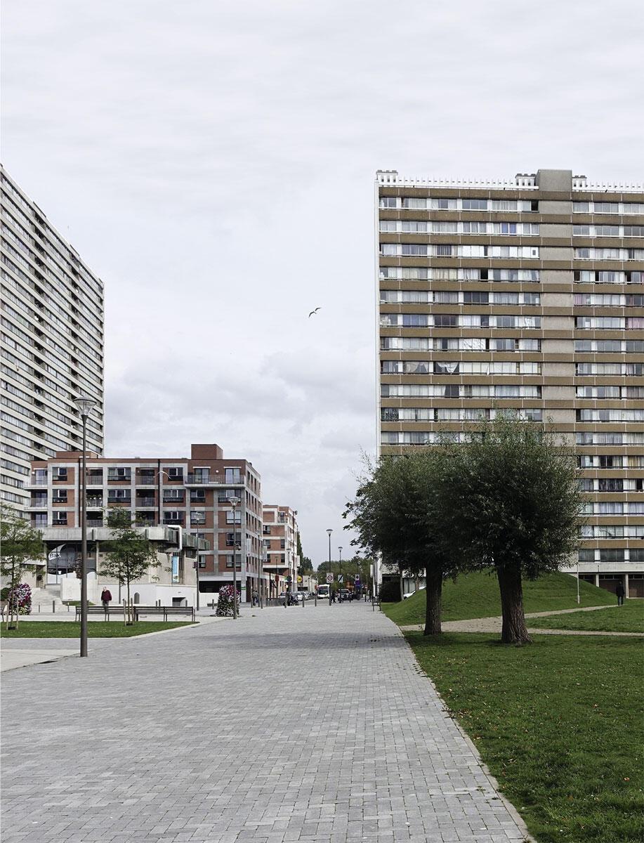 Inmitten der Hochhausscheiben des Europarks wirkt selbst das kräftige Volumen der neuen Alterswohnsiedlung klein.