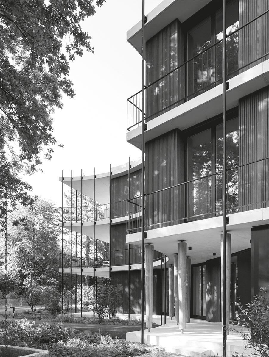 Ostfassade mit dem Hauseingang des Wohnhauses am Gellertpark in Basel, den voluminöse Eichenstützen tragen