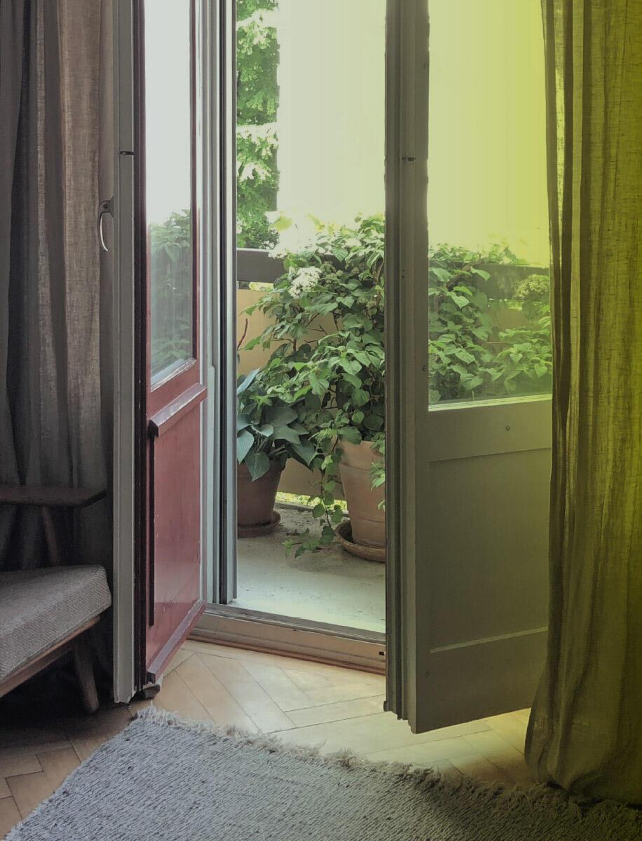 Das Fenster verbindet innen und aussen – es rahmt nicht nur den Blick, sondern setzt das Wohnen in Beziehung zur Welt. Es ermöglicht hinauszugehen, lüftet, kühlt und belichtet die Wohnung, die nach Norden orientiert ist und reflektiertes Licht von der gegenüberliegenden weiss verputzten Fassade erhält.