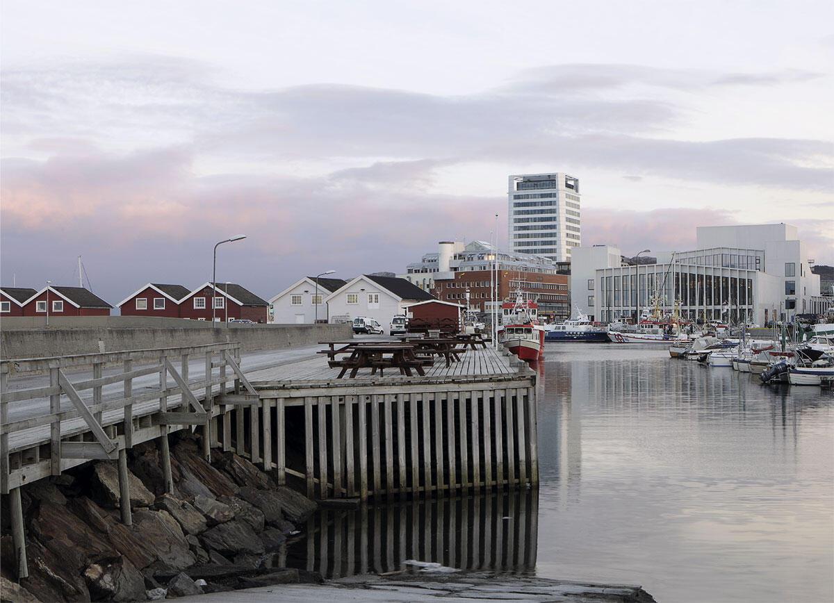 Aus der Bibliothek am Wasser bietet sich ein Ausblick auf den Hafen von Bodø. DRDH architects aus London.