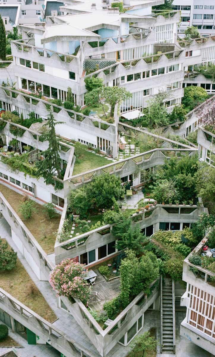 Jeanne Hachette, 1970 – 75. Die einläufige Treppe führt direkt auf eine begrünte, halböffentliche Terrasse. Bild: Giaime Meloni