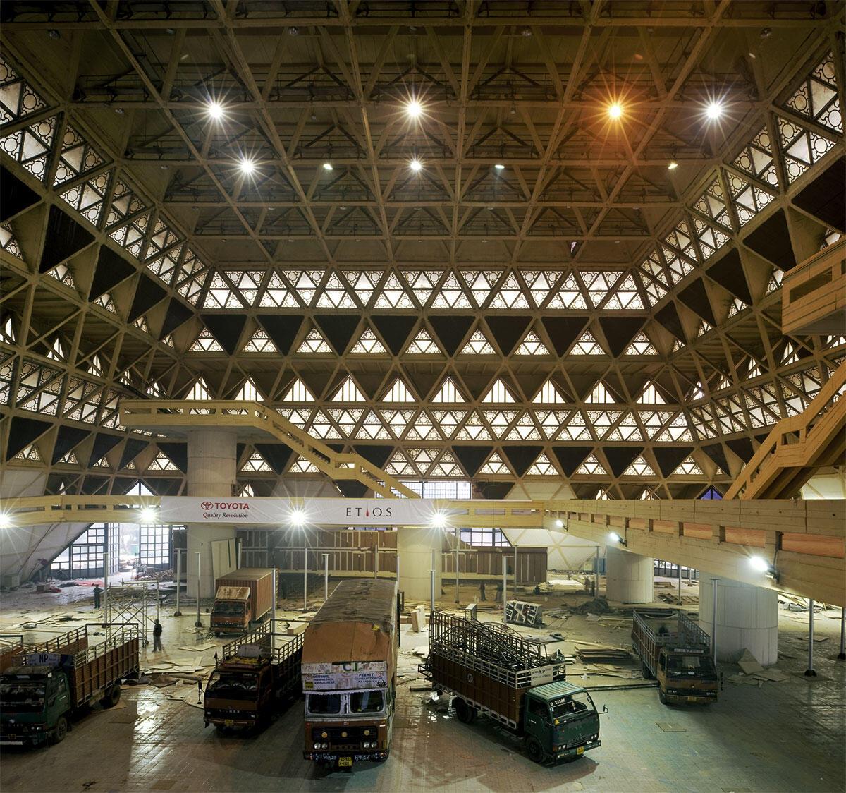 Hall of Nations, Innenaufnahme der Messehalle. Mahendra Raj Consultants, mit Raj Rewal und Kuldip Singh, New Delhi 1970-72