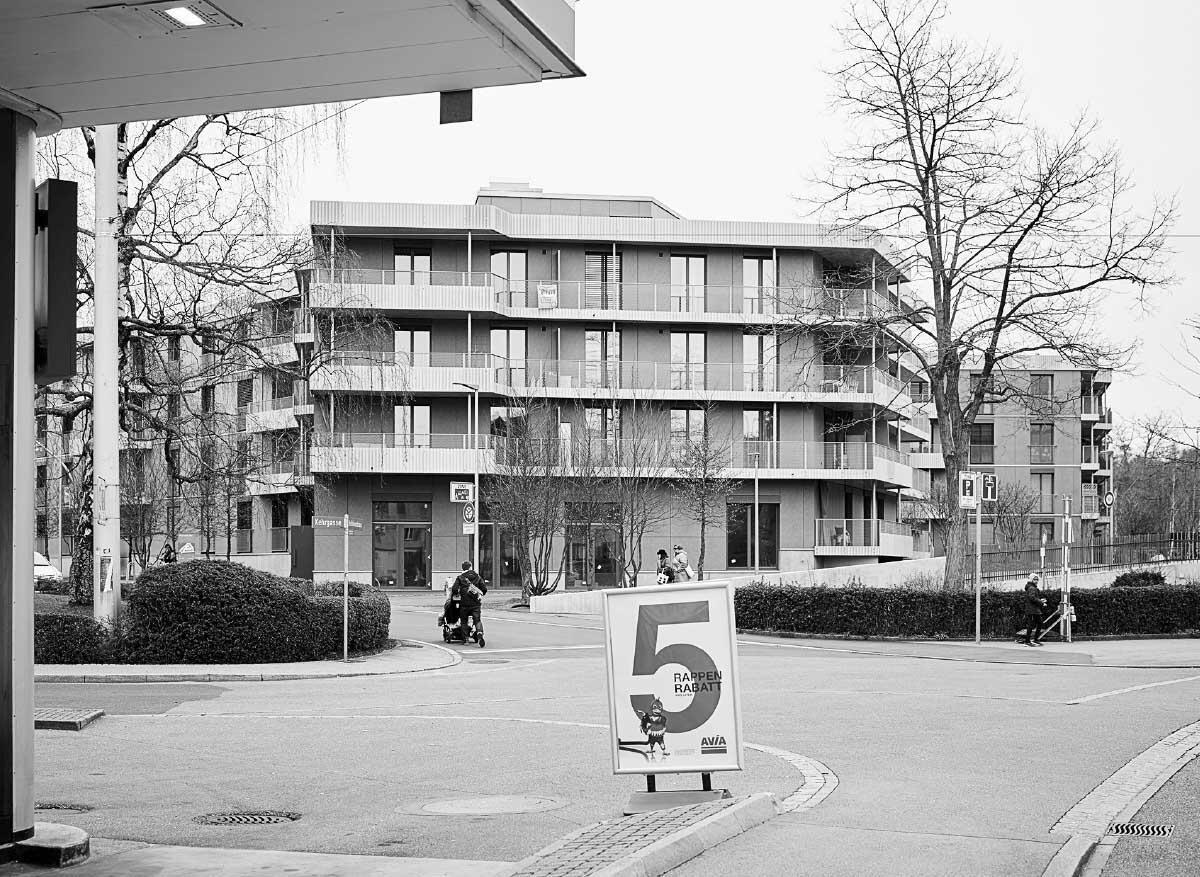 Dank ihrer besonderen Geometrie verzahnt sich die neue Siedlung mit dem Quartier. Zur Bahnseite sind Maisonetten mit privatem Vorgarten angeordnet. Bilder: Alexander Jaquemet