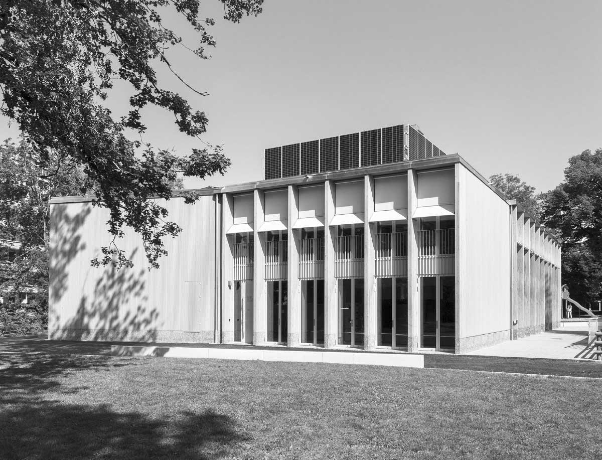 Le nouveau bâtiment avec sa façade en bois s'implante en continuité avec les édifices scolaires existants. Photo: Didier Jordan / Ville de Genève