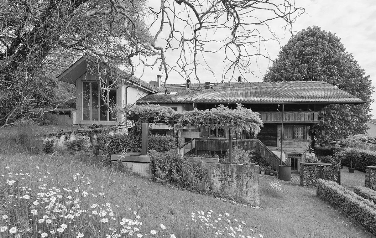 Das Bauernhaus aus dem 17. Jahrhundert verbindet typische Merkmale von Berner Oberländer Bauernhäusern mit der im Mittelland typischen angebauten Scheune und der Hocheinfahrt. Stallumbau von Johannes Saurer Bild: Christine Blaser und Matthias Rindisbacher.