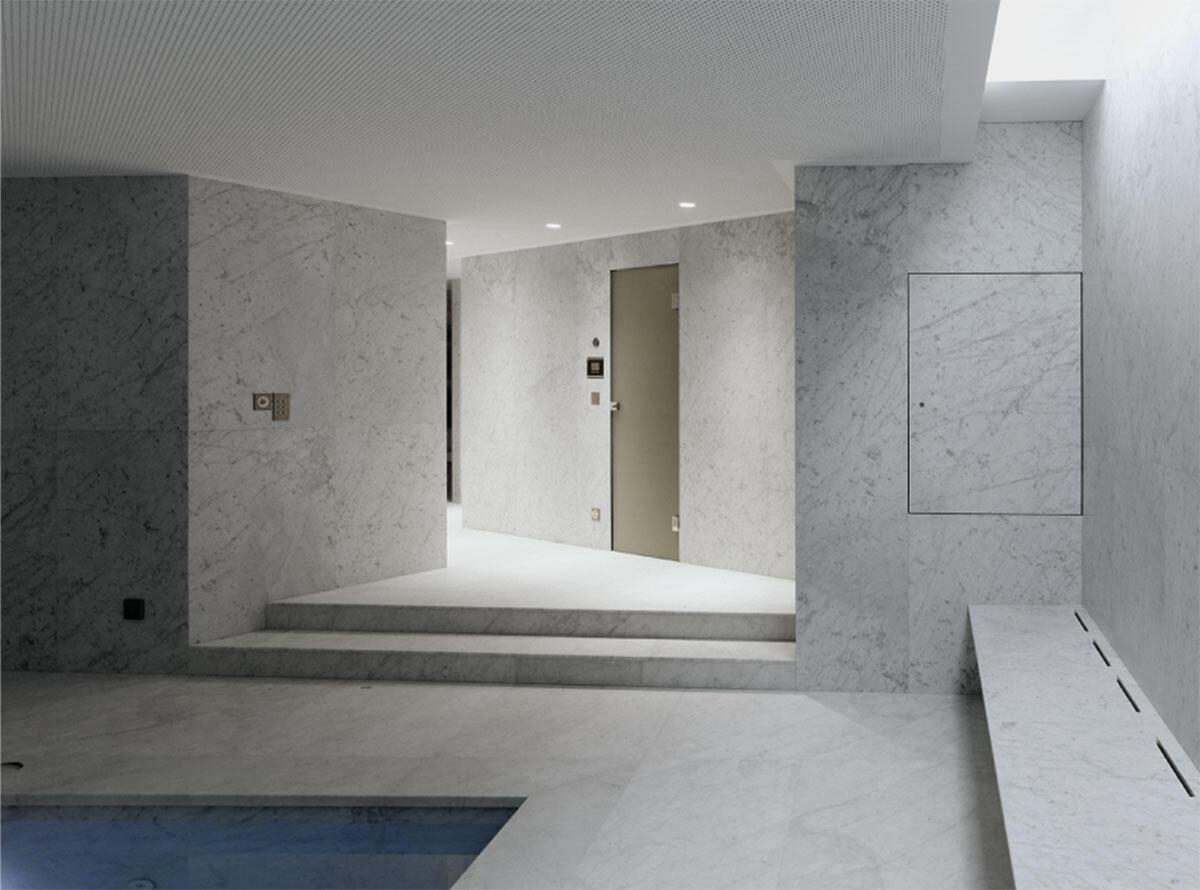 Das Schwimmbad aus Carrara-Marmor in der Villa in Cologny von Charles Pictet.