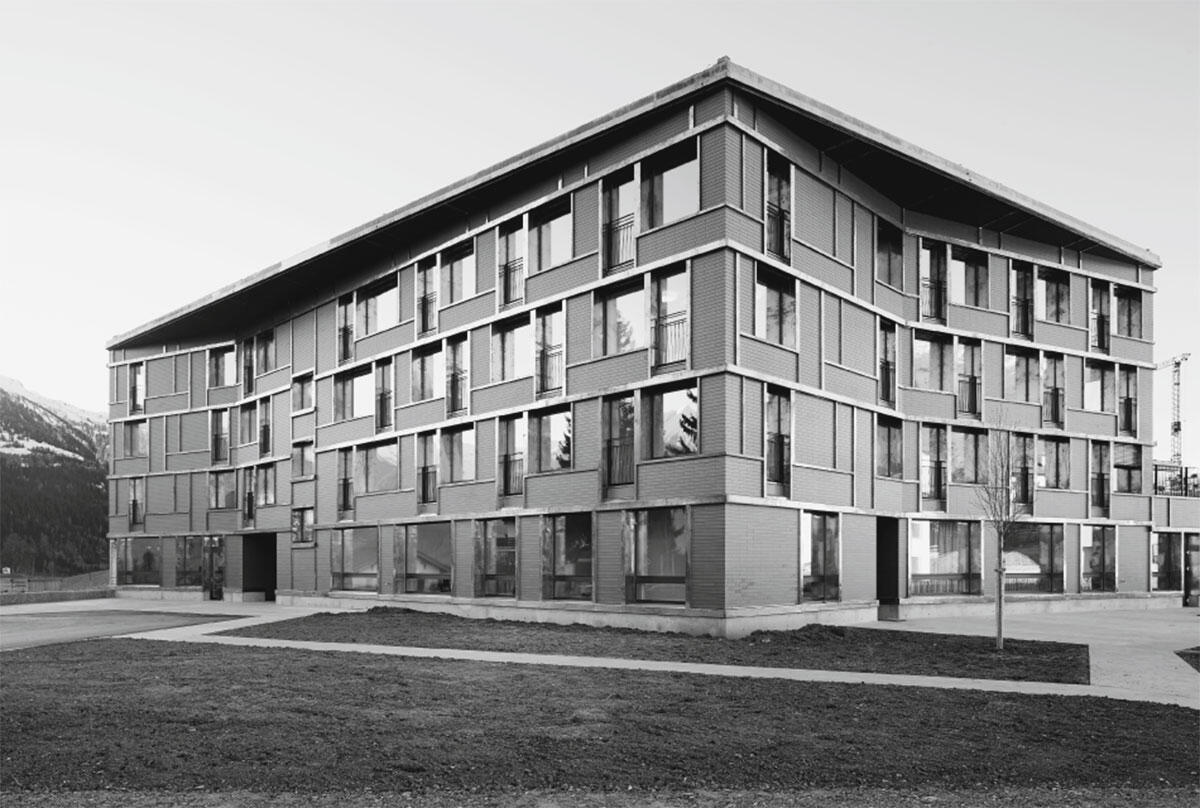 Nach innen geknickte Fassadenfluchten verschleiern die tatsächliche Grösse des Gebäudes.