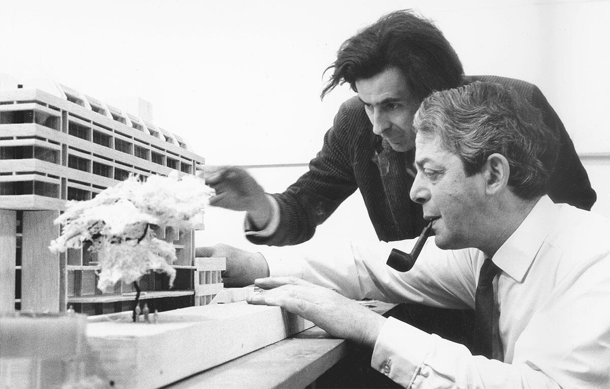Lasduns Projekte sind mehrheitlich am Modell entstanden. Im Büro war eigens der Modellbauer Phillip Wood damit betraut: Er steht im Bild oben hinter Denys Lasdun mit Pfeife.