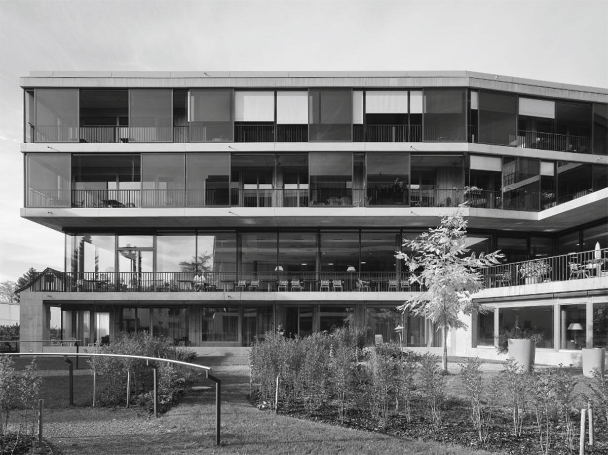 Gartenseite Ostflügel des Alterszentrums Lanzeln in Stäfa von Bob Gysin