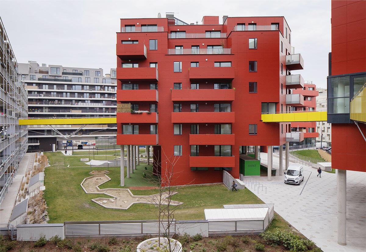 Die aufgebrochene Südflanke öffnet Block C1 im Wiener Sonnwendviertel für Ausblicke. Über gelbe Brücken sind Gemeinschaftsflächen miteinander verbunden, eine konzertierte Aktion über alle Bauten dieses Blocks hinweg.