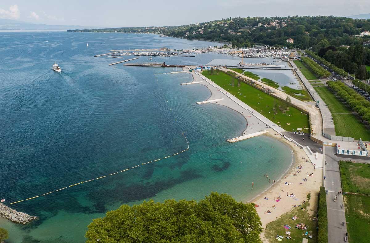 Der neue Strand ist im Sommer 2019 fertig gestellt, der Bootshafen mit dem Seerestaurant noch im Bau.  Bild: Fabio Chironi
