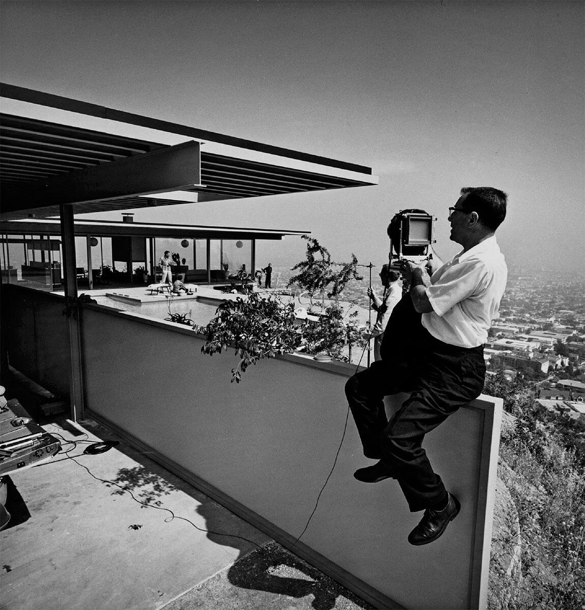 Hier entsteht ein legendäres Bild: Jules Shulman (1910 – 2009) exponiert sich beim Case Study House No. 22 von Pierre Koenig, 1960.  Bild: Paul Getty Trust