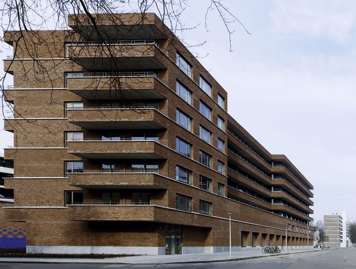 Eine Moschee (nicht auf dem Bild), ein Kindergarten sowie eine Schule mit Sportanlage bilden zusammen mit dem Wohnblock Staalmanplein Amsterdam ein neues Ensemble im Nachkriegsquartier.