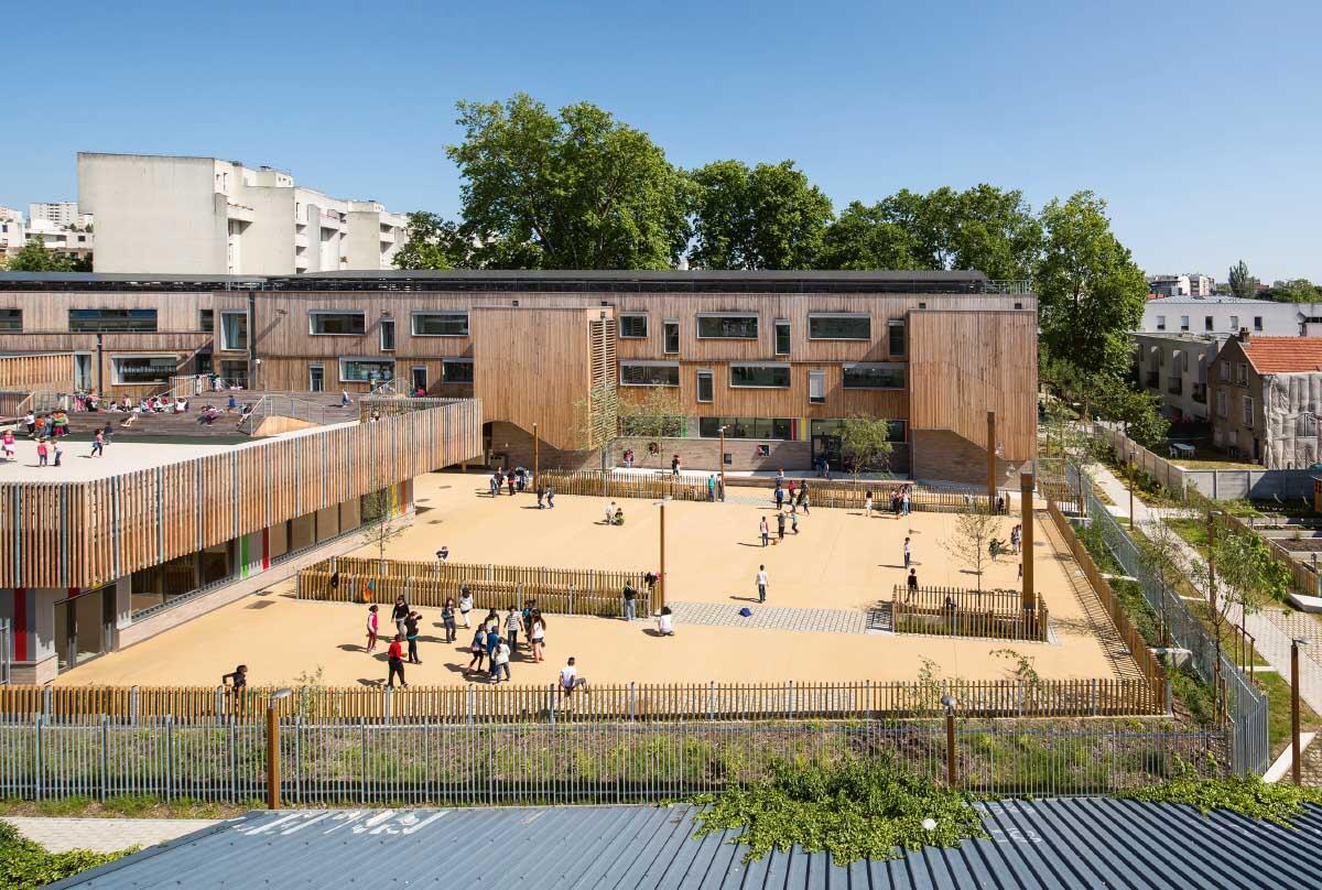 Schulanlage in Montreuil bei Paris, Meandre Architecture (2014). Fassade aus Holzboxen mit Strohisolierung.  Bild: Luc Boegly