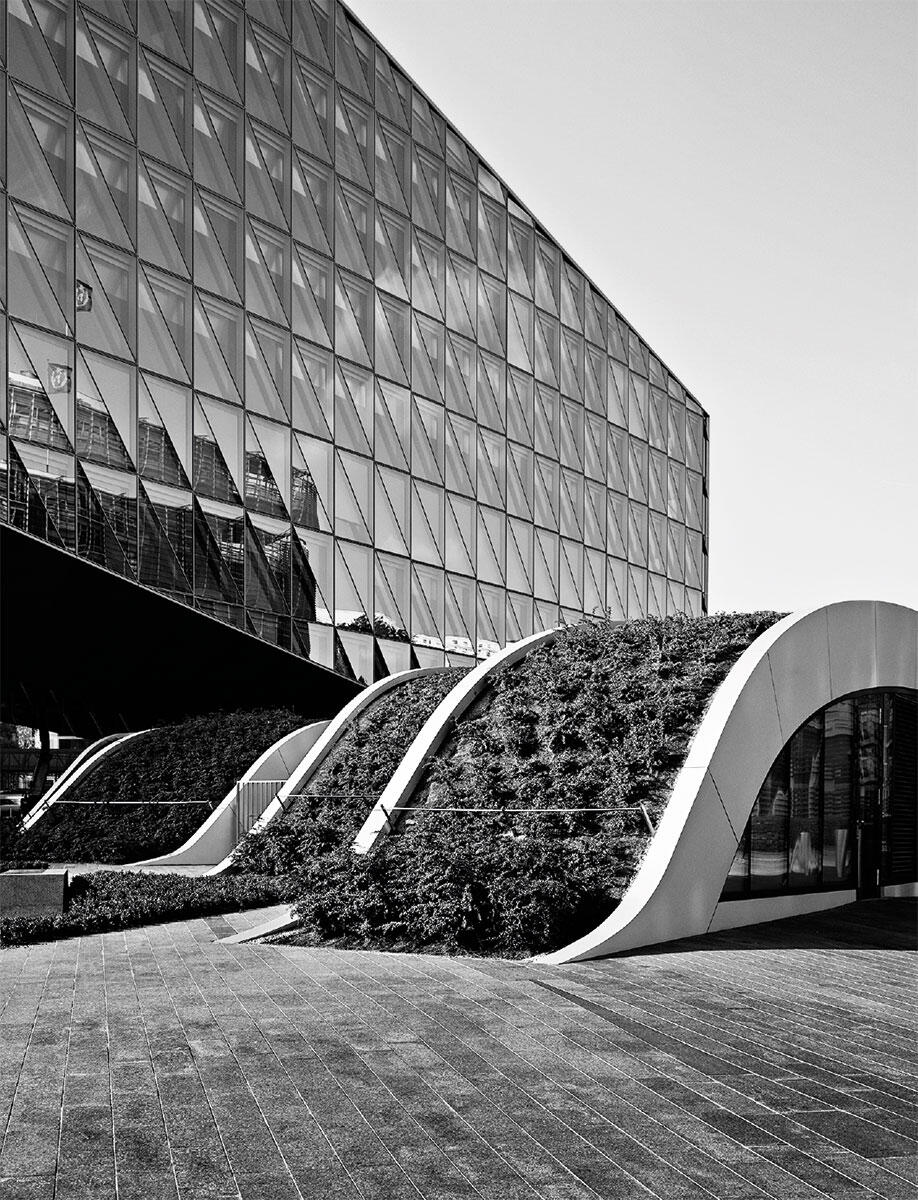 Die Krippe Origami duckt sich als bewegte Landschaft zu Füssen des futuristischen Hauptsitzes von Japan Tobacco International (SOM Skidmore Owings & Merrill.  Bild: Régis Golay