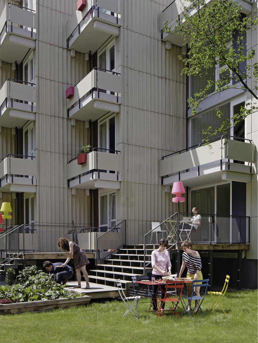Von allen erdgeschossigen Wohneinheiten sind nun die Freiräume direkt erschlossen. Im Haus 13 des Studentendorfs Siegmunds Hof in Berlin liegen Kräuterbeete vor den Gemeinschaftsküchen. Sanierung durch Baupiloten.