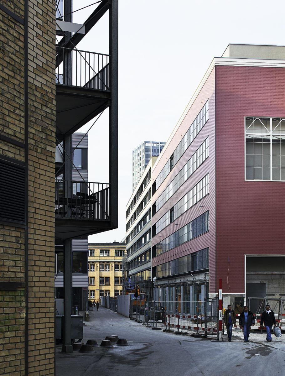 Der «Superblock» von Adolf Krischanitz wird 2014 bezogen. Er bezieht sich die denkmalgeschützte Eternitfassade einer historischen Halle ein und führt sie im Neubauteil weiter.