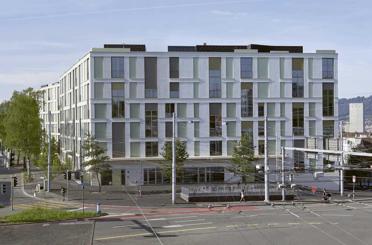 Zum Verkehrskreisel am Bucheggplatz zeigt die Siedlung ein städtisches Gesicht. Bild: Johannes Marburg