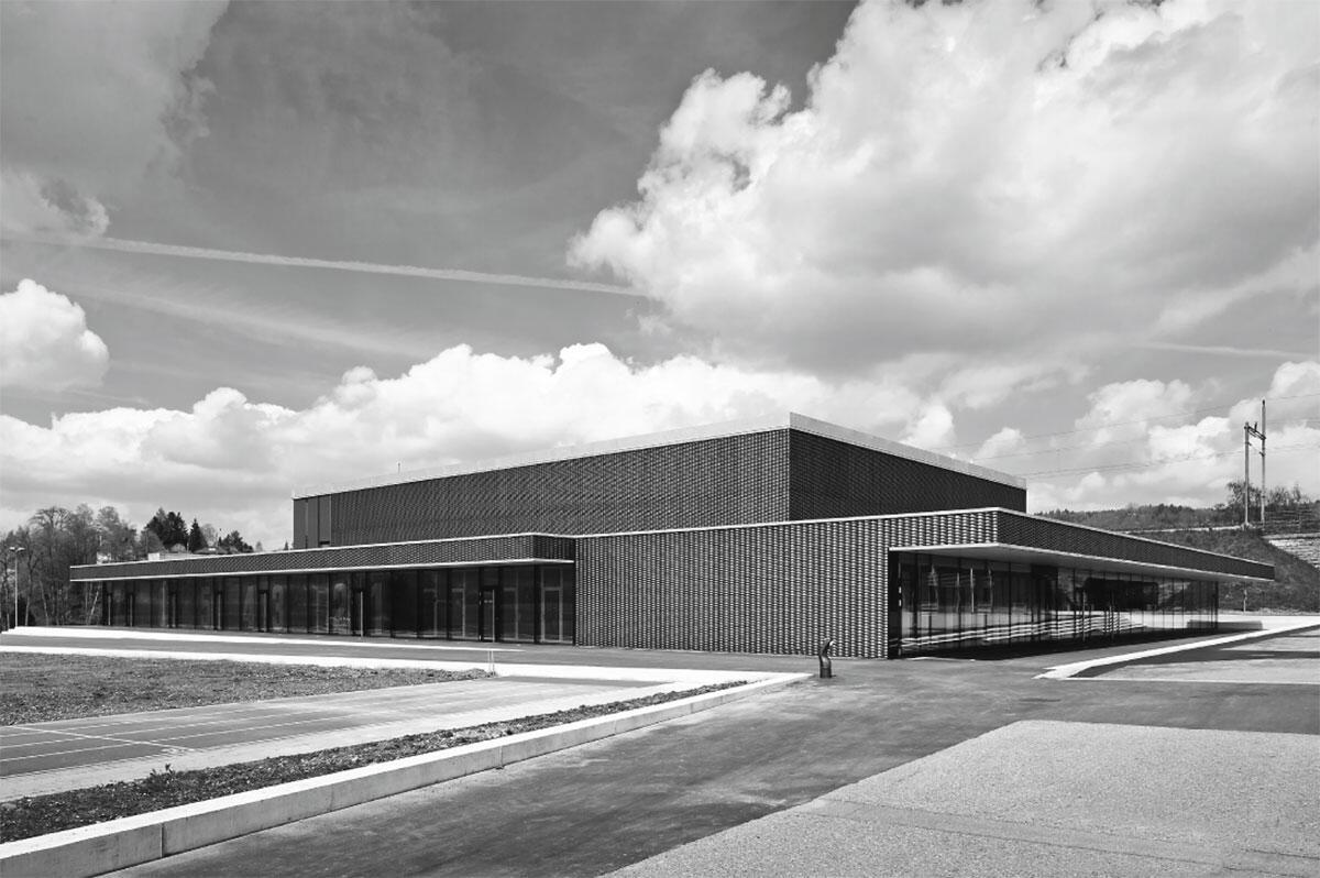 Lettenhalle Diessenhofen: Hauptansicht, rechts der Eingang mit Foyer, im Hintergrund der Bahndamm.