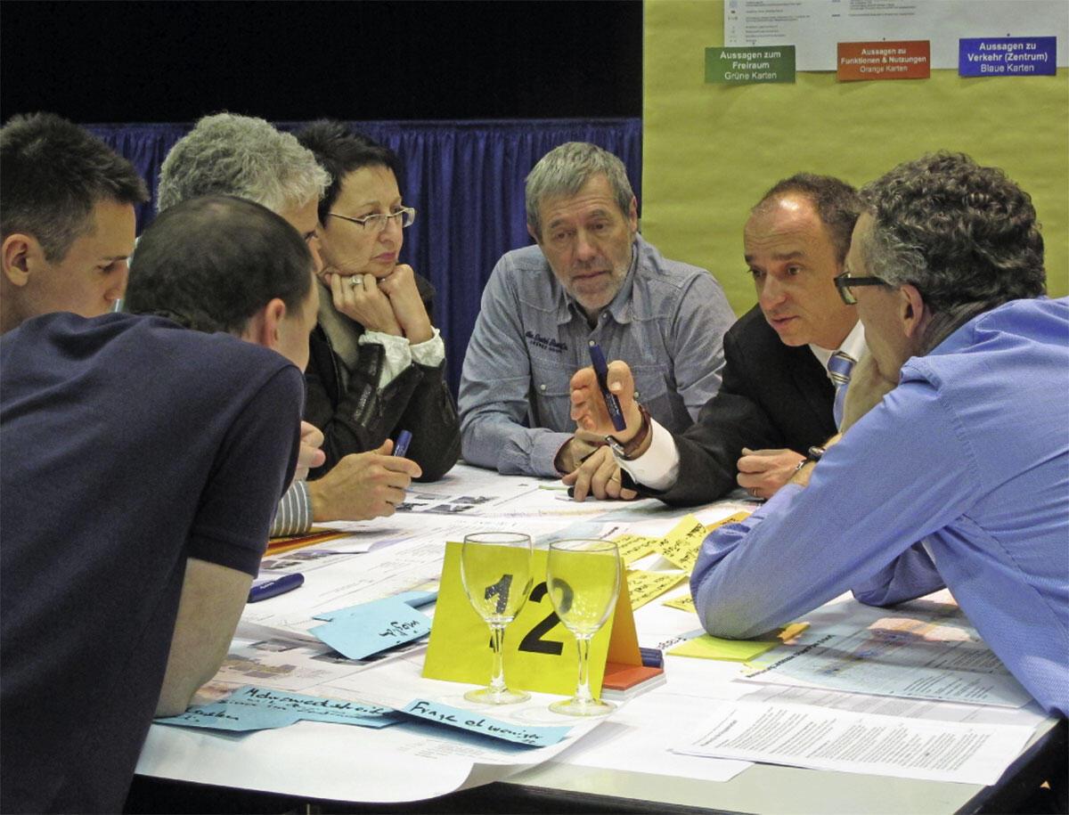 Bürgerinnen und Bürger im Dialog.