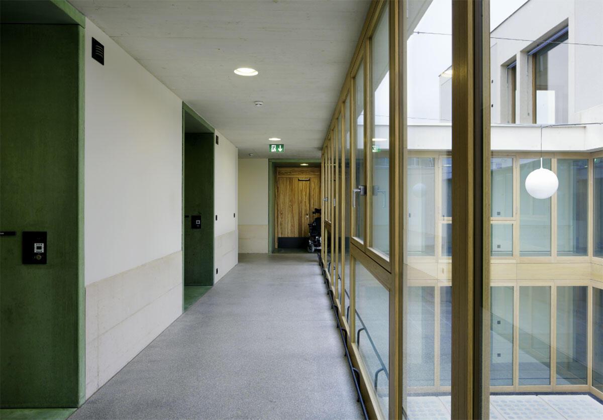 Lifte und Treppen spielen nur eine Nebenrolle; der transparente Innenhof schafft im Gebäude Orientierung und Belichtung für die unter ihm liegende Eingangshalle.