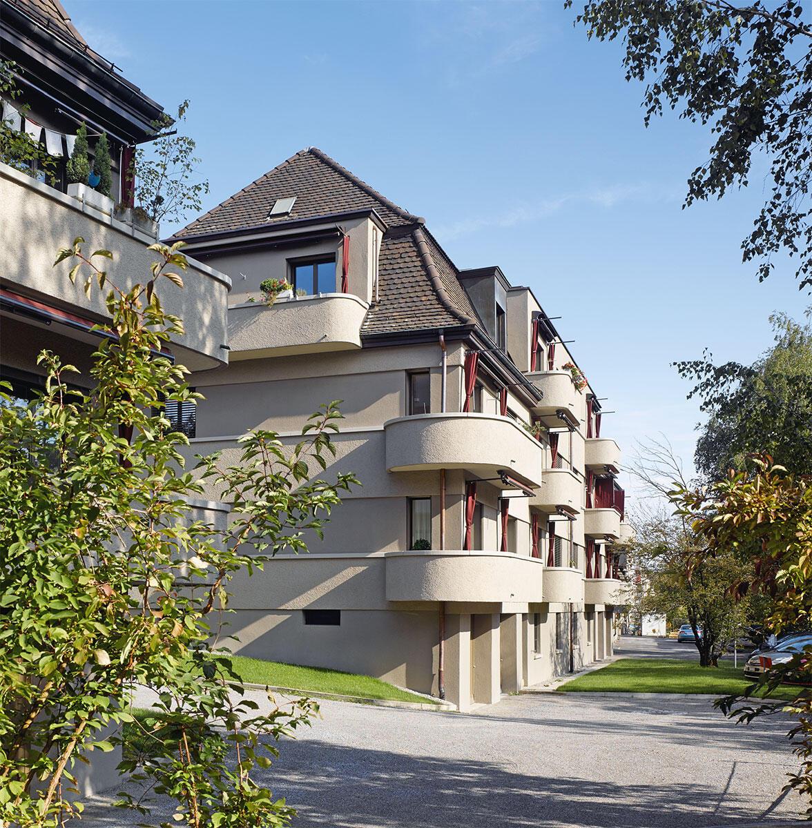 Eine behäbig-bewegte Form von Sachlichkeit prägt die Architektur der Wohnsiedlung Vrenelisgärtli. Höchstens auf den zweiten Blick ist erkennbar, dass die Fassade neu gedämmt wurde. Bild: Hannes Henz