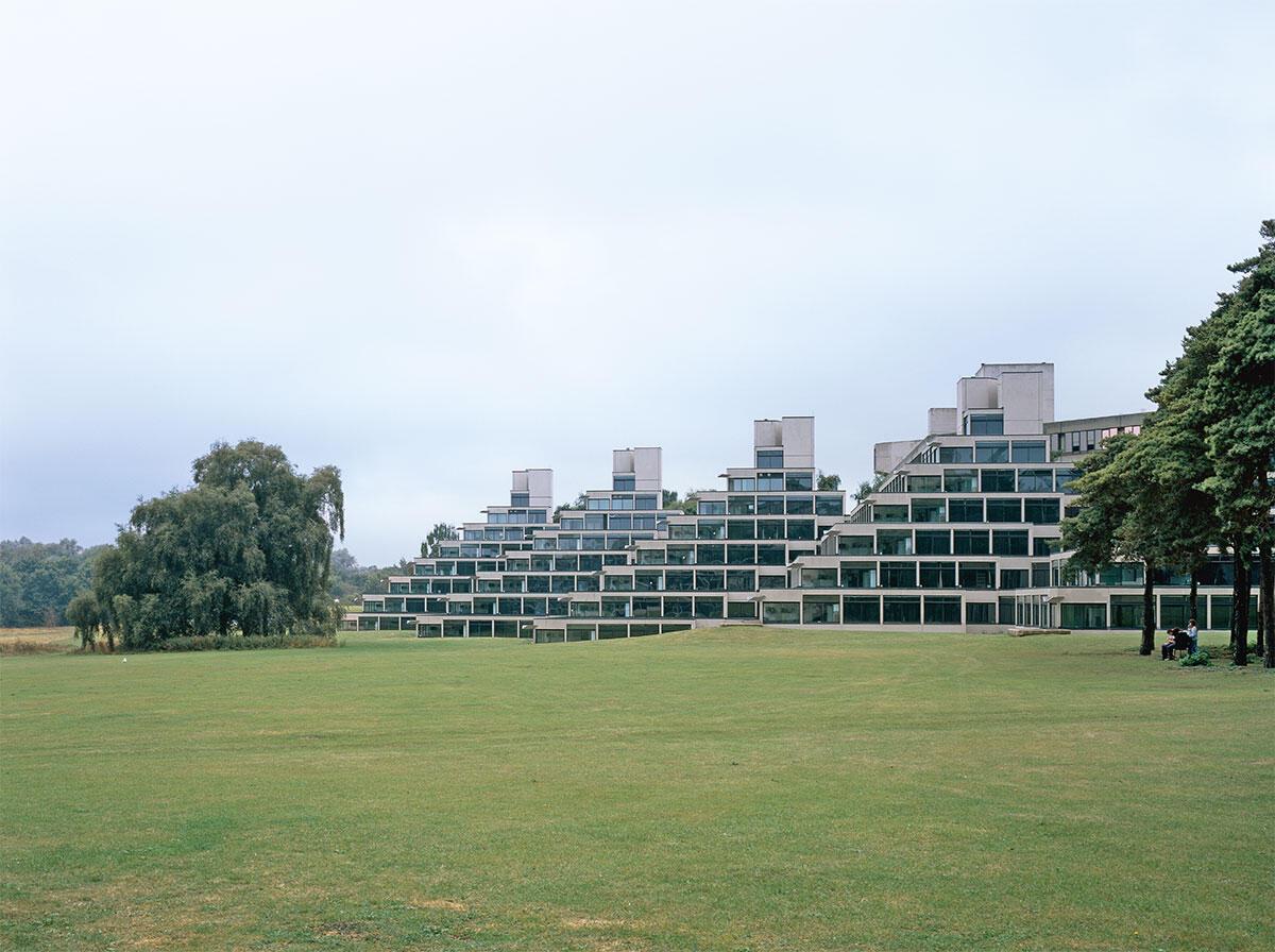 In Zikkuraten sind die Zimmer der Studierenden untergebracht; Landschaft und Architektur gehen hier eine enge Verbindung ein. University of East Anglia, Norwich. Architektur: Denys Lasdun