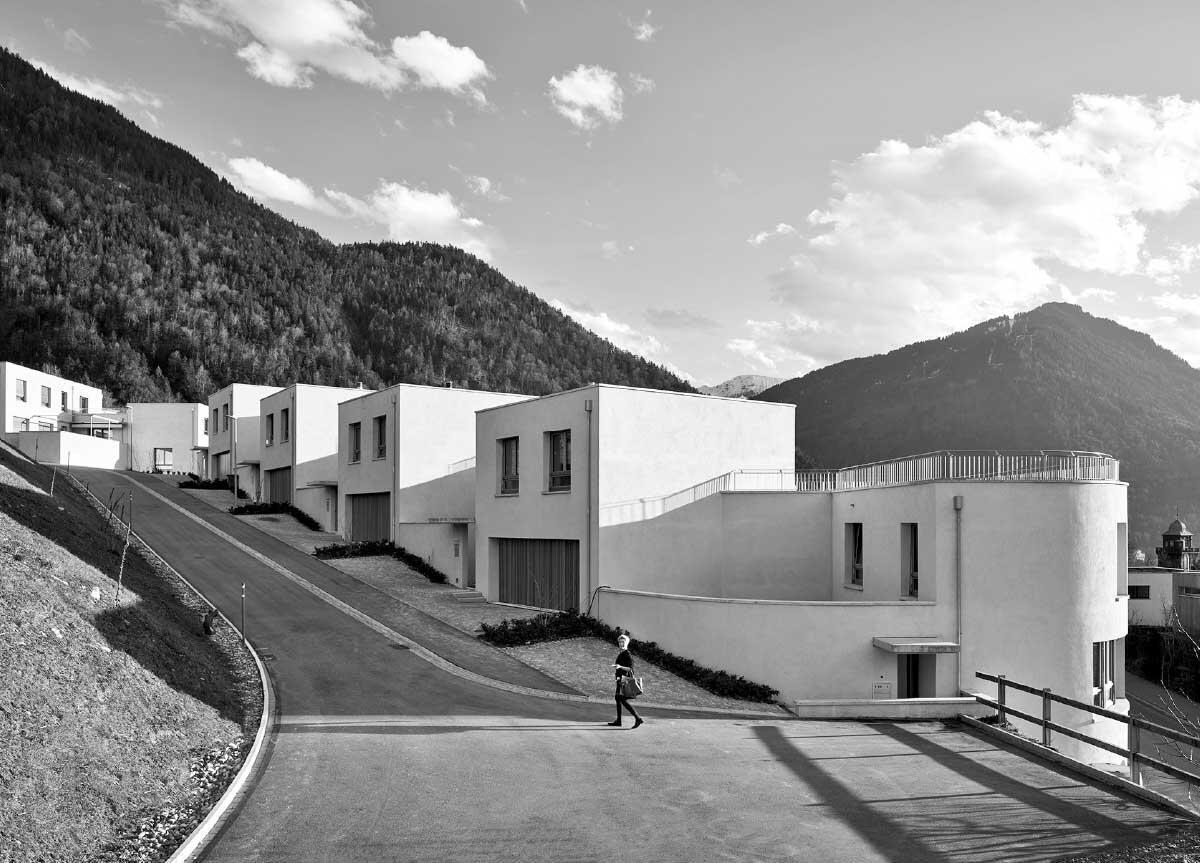 Hier beginnt die Stadt. Die Erschliessungsstrasse umfasst das Grundstück; die Häuser sind über kleine Höfe erschlossen. Bild: Ralph Feiner