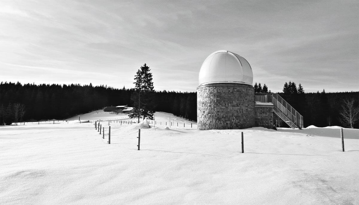 Observatorium Vallée de Joux in Le Sentier. Das Observatorium in der offenen Weidelandschaft des Waadtländer Juras.
