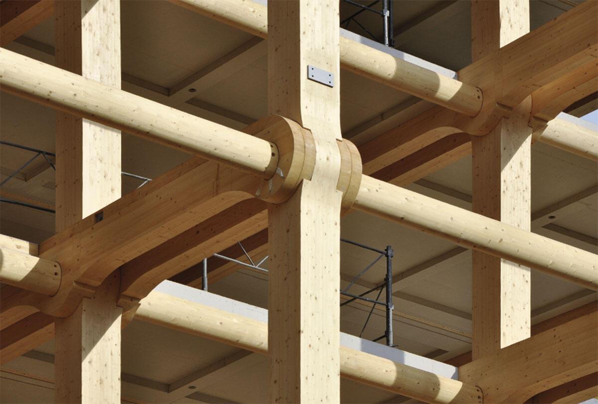 Sichtbare Holzkonstruktion am Tamedia-Neubau in Zürich von Shigeru Ban. Das Massivholzskelett mit seinen auffälligen Knoten, in Zusammenarbeit mit Hermann Blumer entwickelt, kommt ohne Stahlverbindungen aus.