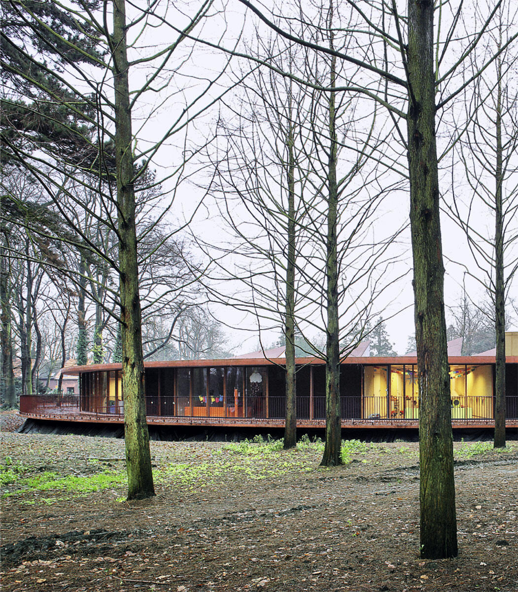 Kleinkinderschule in Merksem von 51N4E: Dunkle Ruhe- und helle Gruppenräume wechseln sich im Rund des Kinderhauses ab.