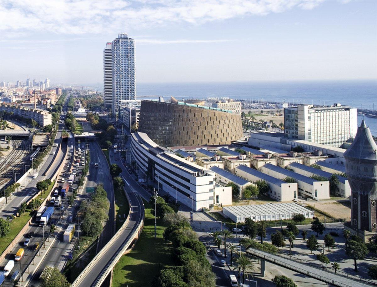 Der schräg abgeschnittene Kegelstumpf des Parc de la Recerca Biomèdica am Barceloneta-Strand.